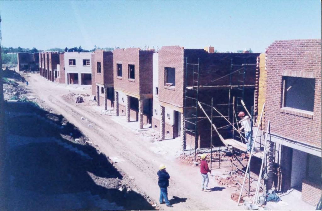Projet d'habitat coopératif photographié en 2000, en Uruguay.