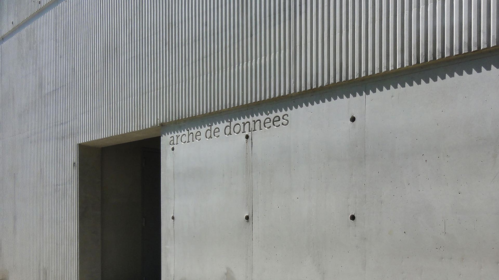 Le béton matricé vient rythmer la façade principale