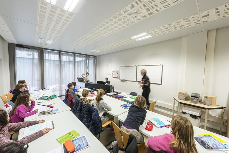 Les salles de classes sont lumineuses et accueillantes.
