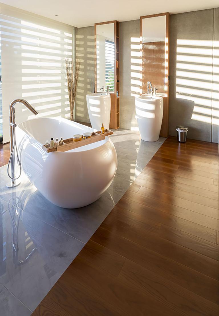 Une salle de bain baignée de lumière.