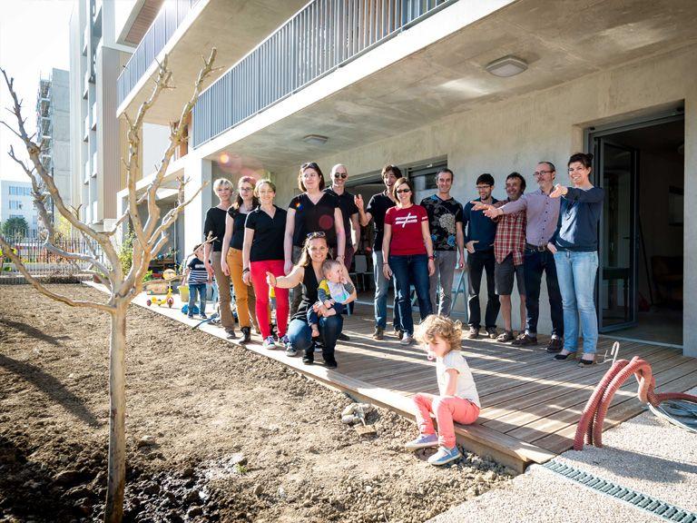 Les familles Abricoop et l'équipe de Seuil architecture devant l'arbre cadeau.