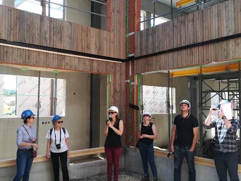 Le 22 juin dernier, Leslie Gonçalves, cofondatrice de Seuil architecture, accueillait sur le chantier de l'usine Aerem Fibois Occitanie, qui fédère les professionnels de la filière bois.