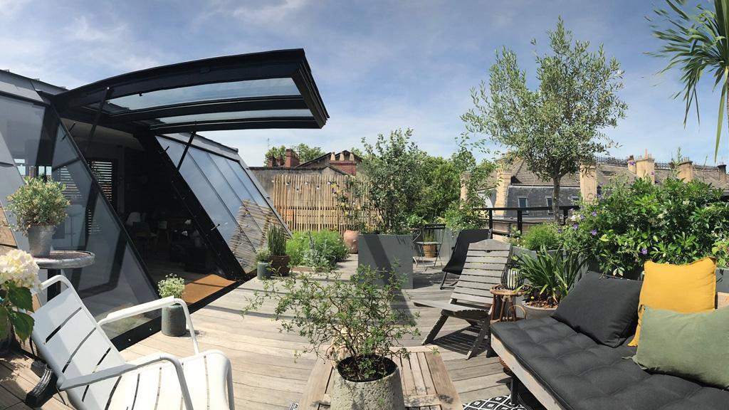 Seuil Architecture Reconstruire sur la ville Rénovation appartement sur les toits Porte basculante verrière