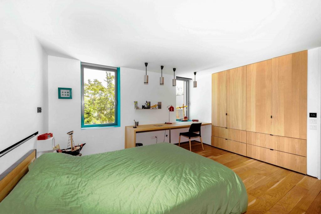 Une chambre avec un grand bureau pour travailler et jouer