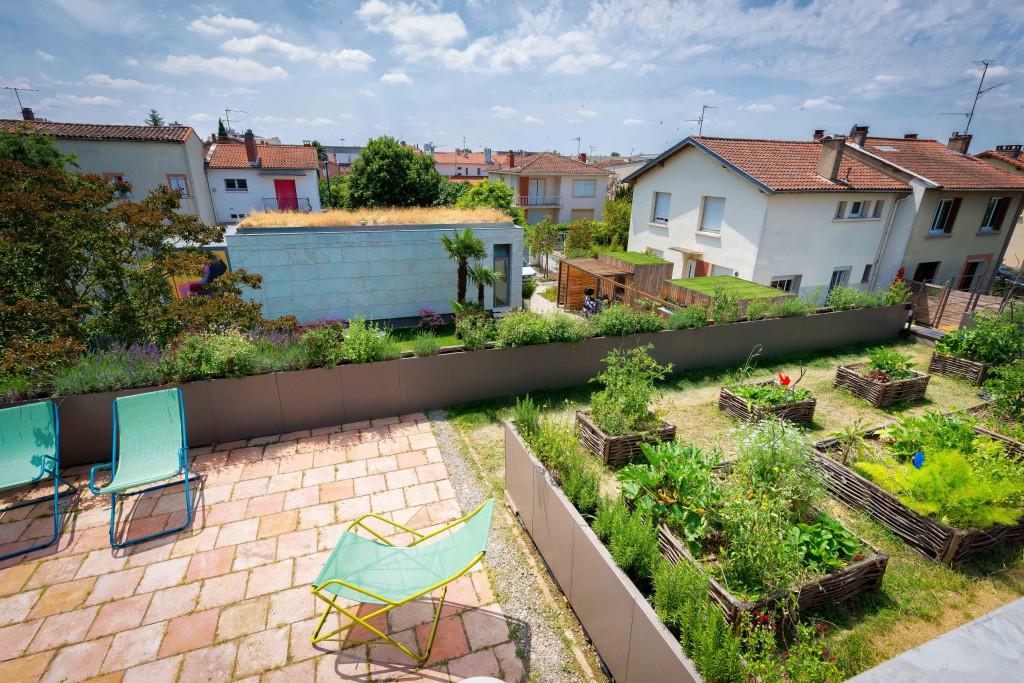 Toit végétalisé et terrasse de la maison passive des fondateurs de l'agence Seuil architecture.