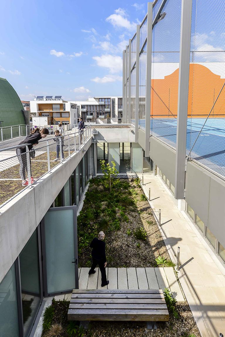 Des patios en rez de chaussée pour apporter de la lumière aux salles de classes.