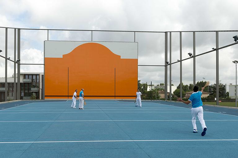 Une toiture transformée en terrain de pelote basque pour optimiser les activités sur une même surface