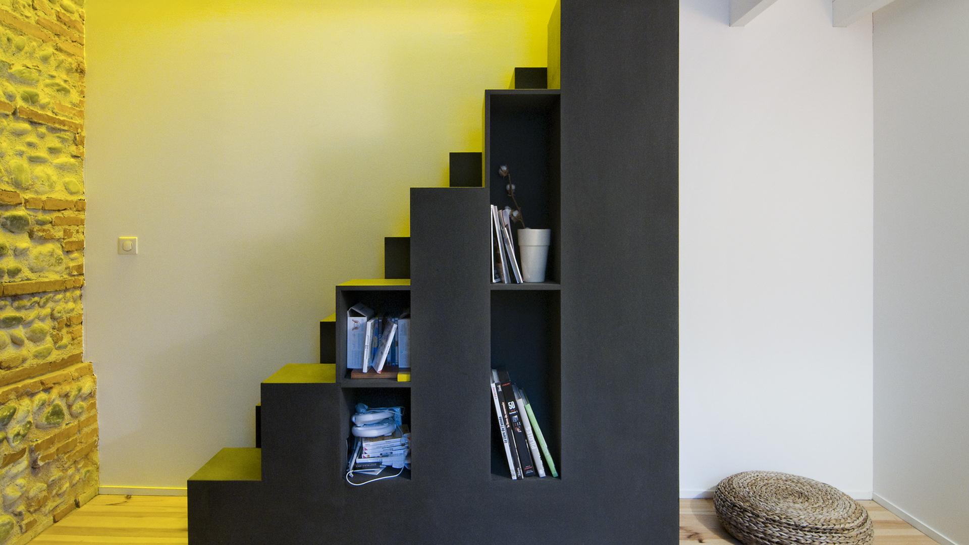 Un escalier fonctionnel au design épuré.