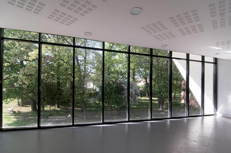 Les espaces bénéficient de larges ouvertures vers l'extérieur.